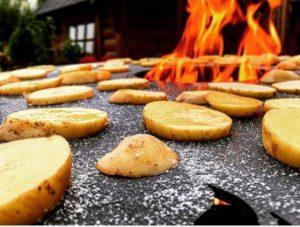 Einbrennen einer Feuerplatte mit Kartoffeln und Salz