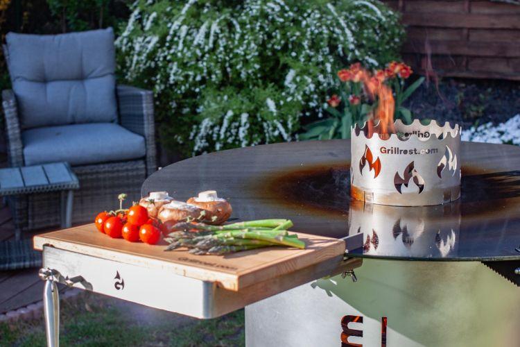 Hier sieht man den Holzbretthalter an der Feuerplatte von Grillrost.com